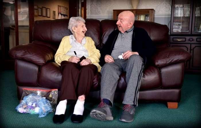 98-летняя мать перебралась в дом для престарелых, чтобы ухаживать за своим 80-летним сыном-5 фото-