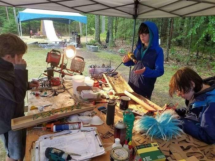 Лагерь труда и отдыха по-американски: дети построили в лесу межгалактическую станцию-12 фото-