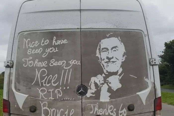 Художник рисует картины на грязи собственного автомобиля-9 фото-