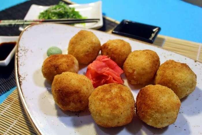 Рисовые шарики с креветками в кляре. Рецепт на тему японской кухни-8 фото-