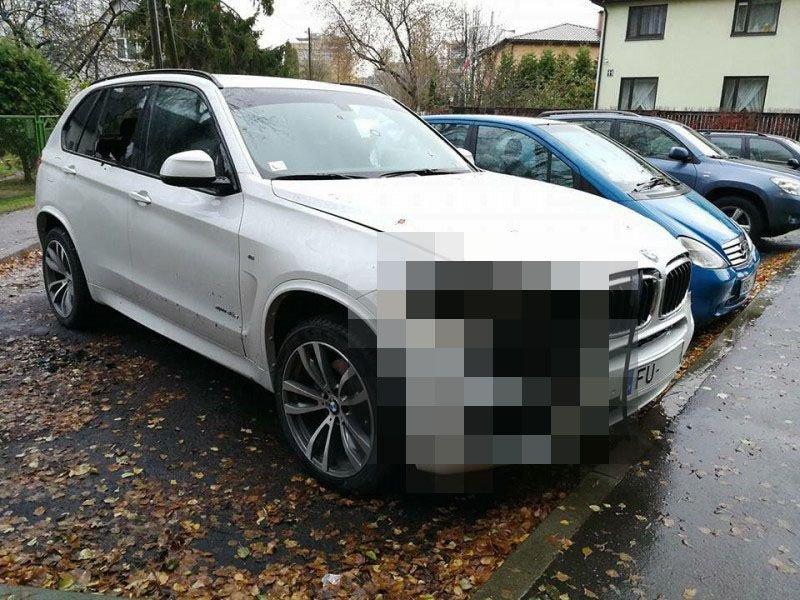 В Риге злоумышленники паяльной лампой вырезали фары у BMW-3 фото-