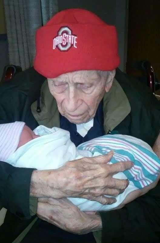 20 трогательных фотографий бабушек и дедушек, которые впервые увидели своих внуков-21 фото + 1 гиф-