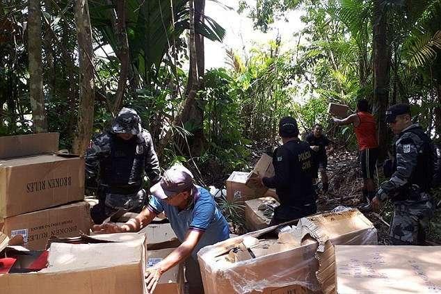 Полиция спасла их от пиратов Амазонки, но они сбежали — из-за спрятанной в фургоне марихуаны-11 фото-
