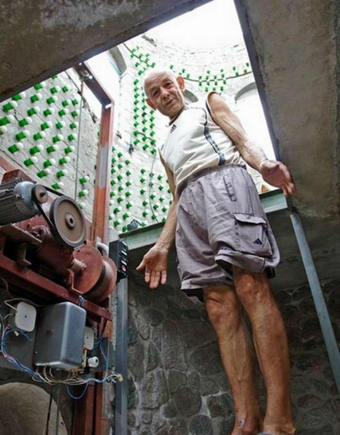 Восемь тысяч бутылок из-под шампанского и 20 лет жизни понадобилось украинцу, чтобы построить дачу-10 фото + 1 видео-