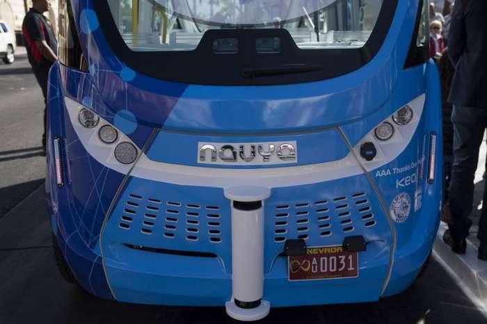 Беспилотный автобус попал в аварию в первый же день-16 фото + 1 видео-