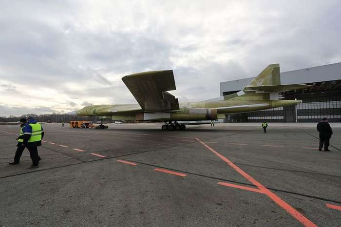 В Казани выкатили новый ракетоносец Ту-160-10 фото-