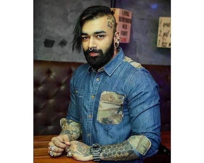 Парень из Индии первым в стране сделал тату на глазных яблоках-6 фото-