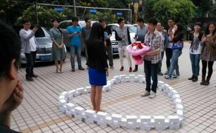 Китаец сделал предложение девушке с помощью 25 iPhone X, выложенных в форме сердца