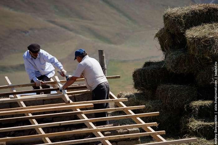 Как делают дома из палок и навоза