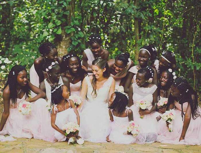 Девушка в возрасте 23 лет удочерила 13 детей