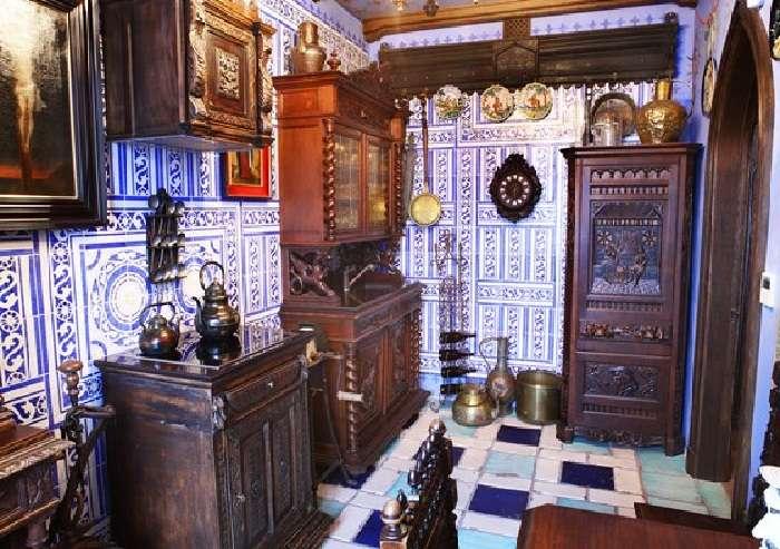 Творчество на холсте и в доме: Никас Сафронов показал свою 15-комнатную квартиру