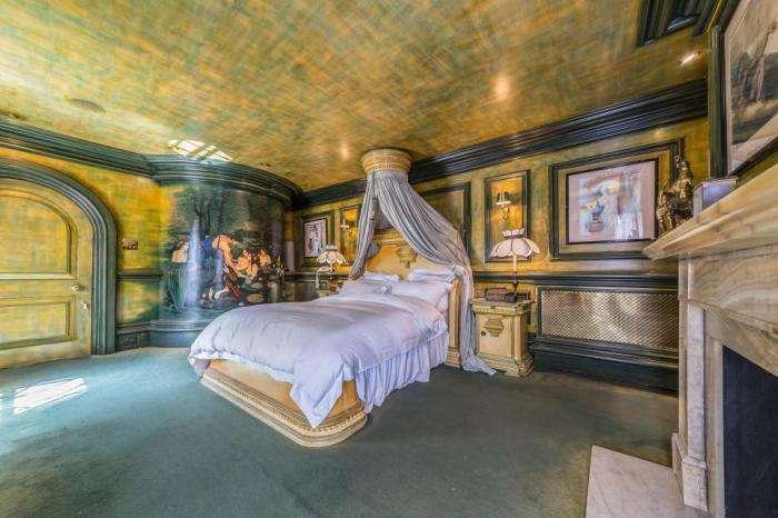 Мужчина 30 лет потратил на то, чтобы превратить свой дом в венецианский дворец