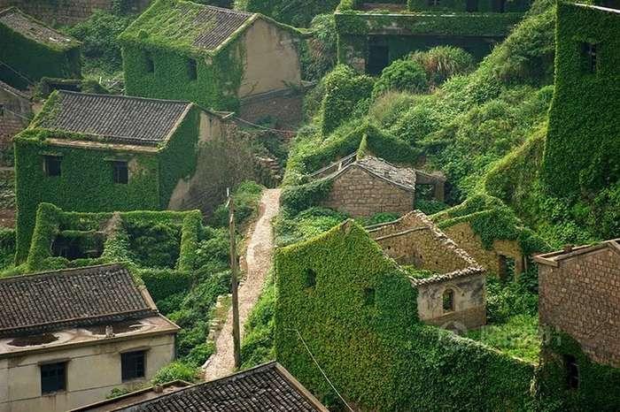Красивая жуть: джунгли поглотили китайский городок