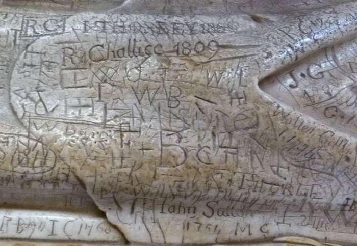 На надгробии английского епископа веками оставляли надписи