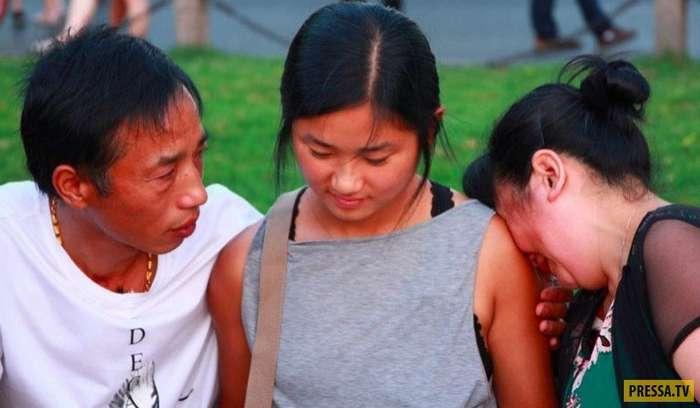 Увиделись через 22 года: китайская пара, бросившая дочь, дождалась встречи (11 фото)