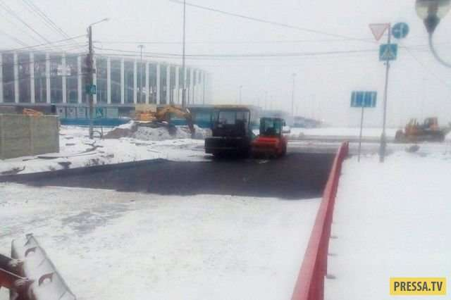 В Нижнем Новгороде закатали асфальтом свежий снег (4 фото)