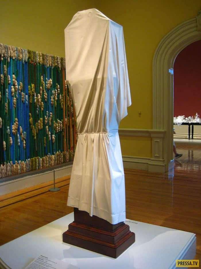Люди были шокированы, когда узнали, почему эта скульптура закрыта тканью (5 фото)