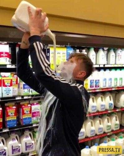 Новый челлендж: Люди пьют напитки из тары на вытянутой руке (7 фото + видео)