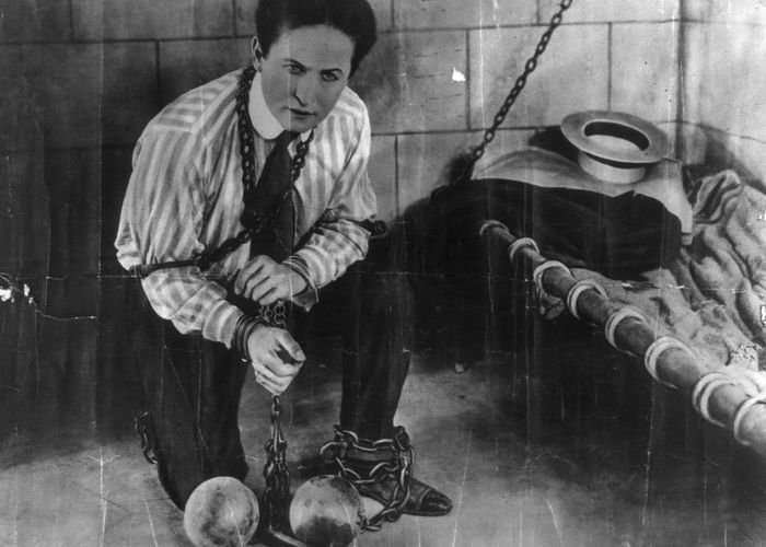 Великий Гарри Гудини и его необыкновенные фокусы (17 фото + 3 видео)