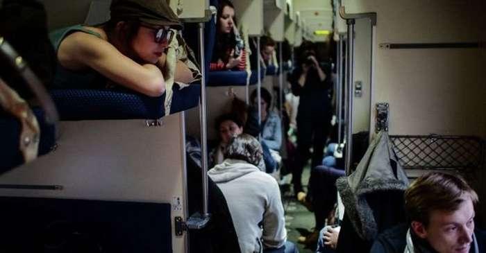 Пассажирам верхних полок не положено спускаться на нижние-10 фото-