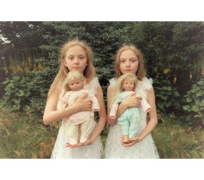 Японский фотограф каждый год фотографирует близняшек изИсландии, чтобы показать ихпревращение издетей вподростков