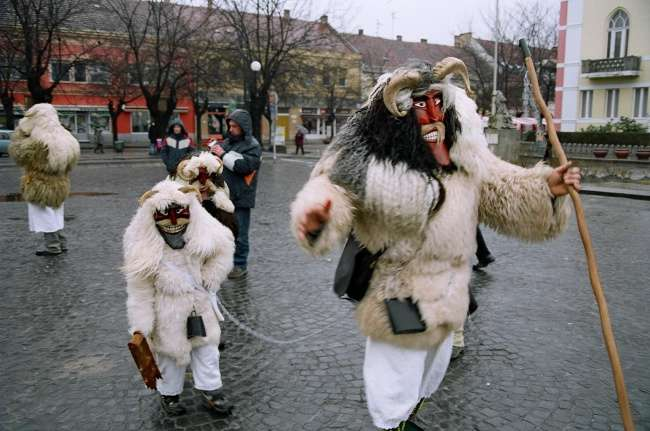 Посмотрите, как европейцы встречают Рождество. Выглядит пострашнее Хеллоуина