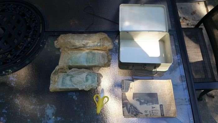 Во время ремонта хозяин дома нашел старый чемодан, который удивил содержимым