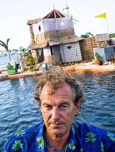 Как живет современный робинзон на острове из пластиковых бутылок