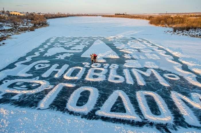 Пенсионер рисует для односельчан огромные новогодние открытки на льду