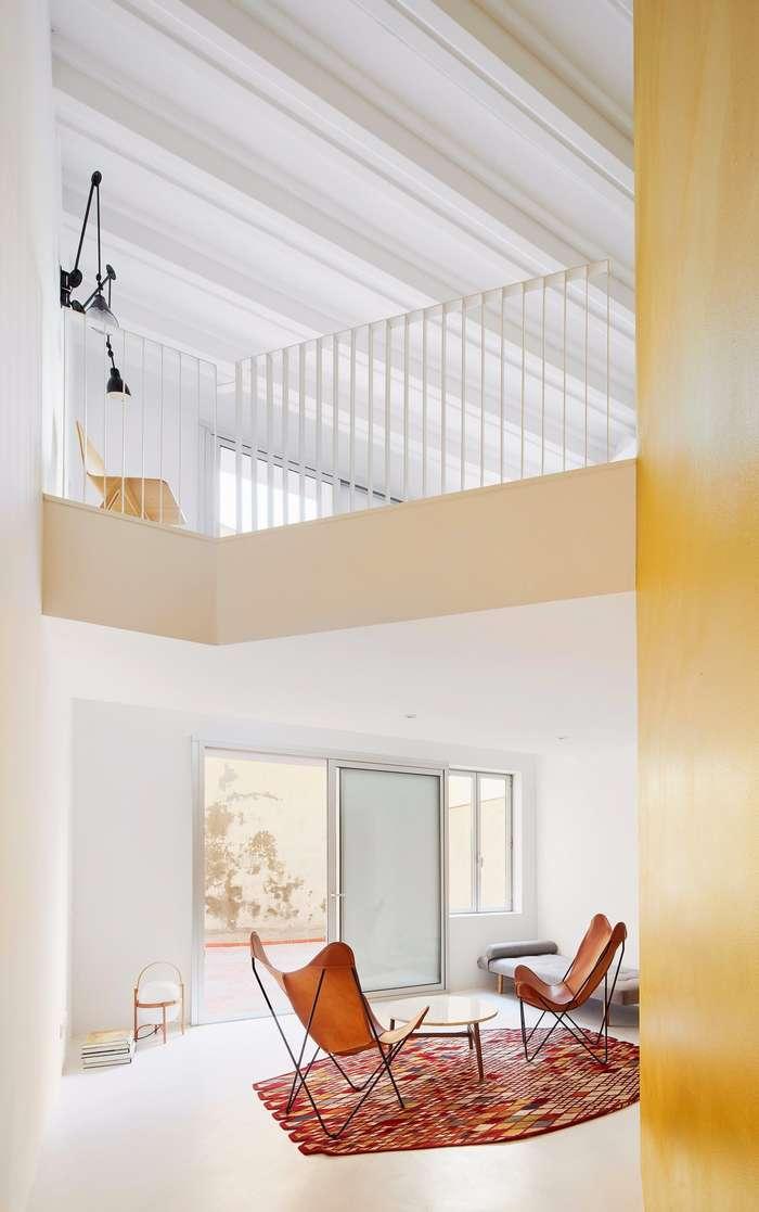 Дизайн и интерьер двухуровневой квартиры в Барселоне