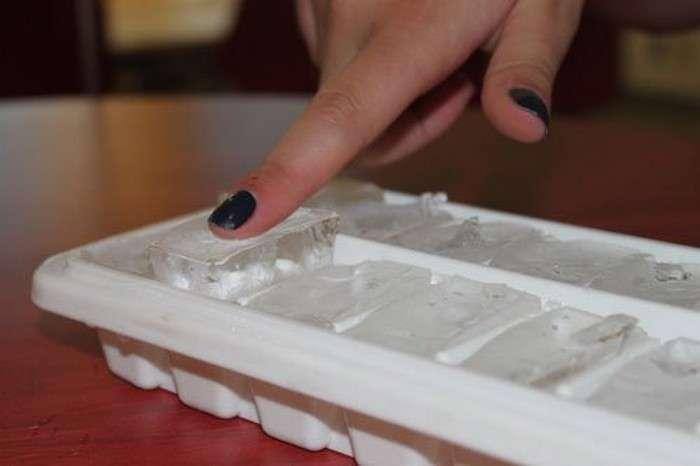 Как достать кубик льда из формы за 2 секунды и не рассыпать по столу