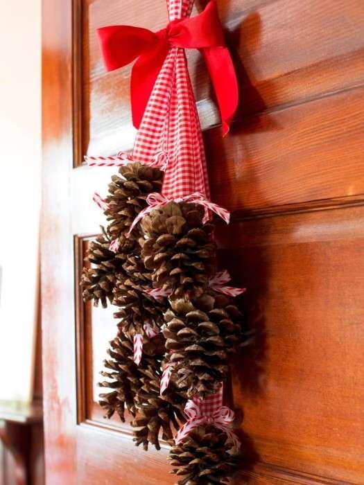Поделки из шишек, которые уже сейчас создадут праздничное настроение (15 фото)