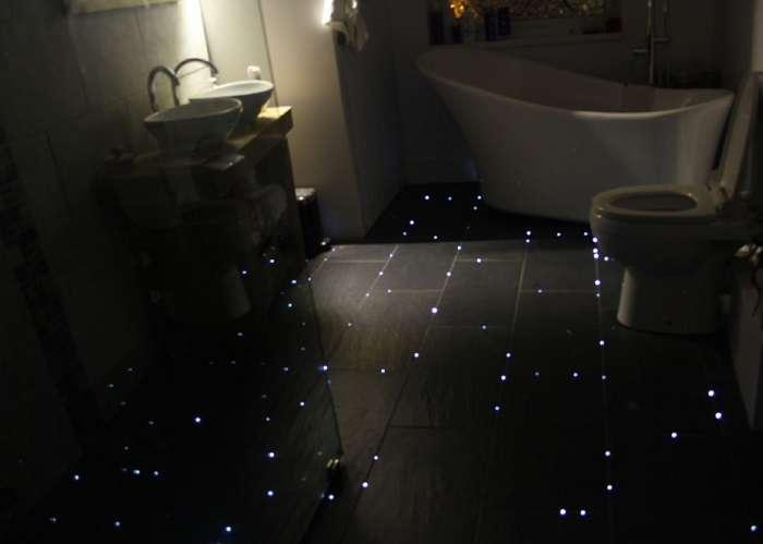Парень переделал скучную ванную в мерцающую каюту космического корабля