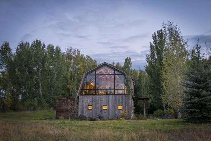 Этот сарай давно уже пора снести, но молодые хозяева решили по-своему, превратив его в настоящий дом