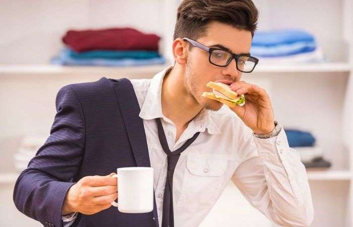 Быстрые перекусы в офисе и ужин наспех: Что происходит с телом, если постоянно быстро есть