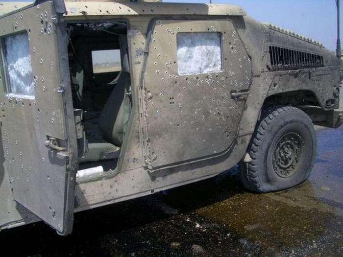 Армейский внедорожник Humvee, принявший удар на себя