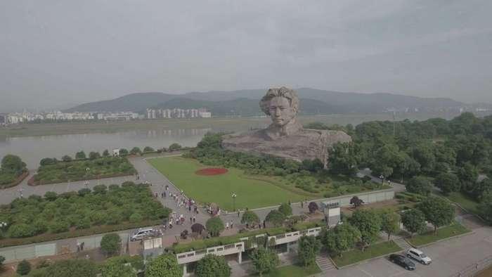 Огромная голова молодого Мао к 116-му году со дня рождения