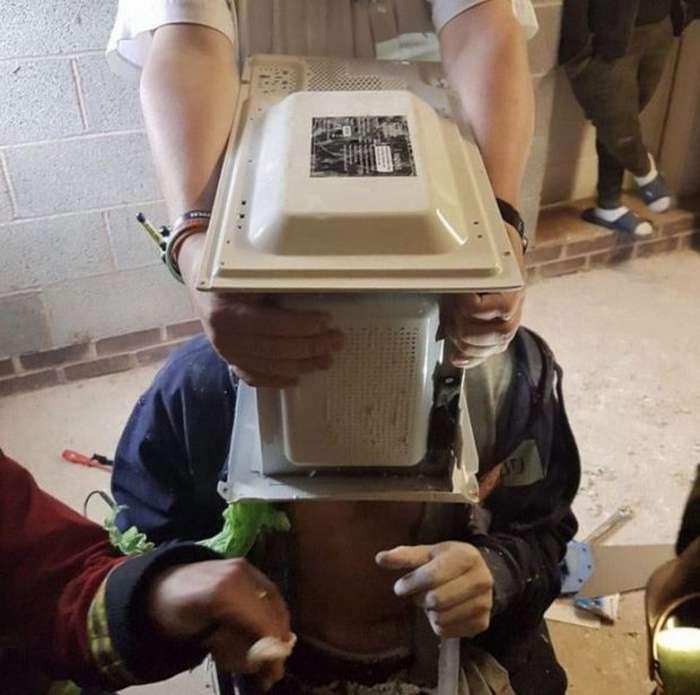 Спасатели более часа доставали парня из микроволновки