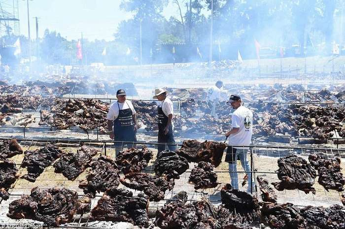16 тонн говядины, 8 тонн салата &8212; самая большая барбекю-поляна