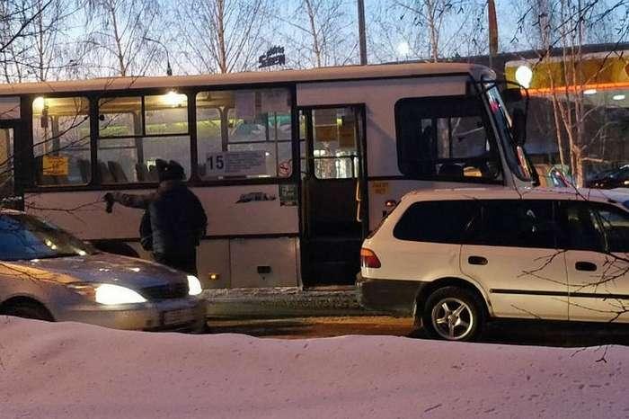 Таксист протаранил автобус, чтобы спасти ребёнка