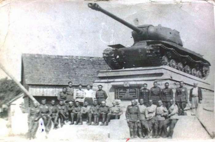 Танк с трудной судьбой &8212; ИС-2 на обочине в Литве