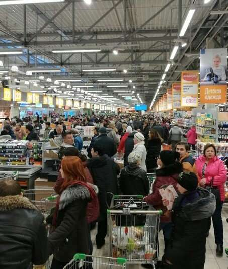 Новогодний и Рождественский ажиотаж в магазинах (10 фото)
