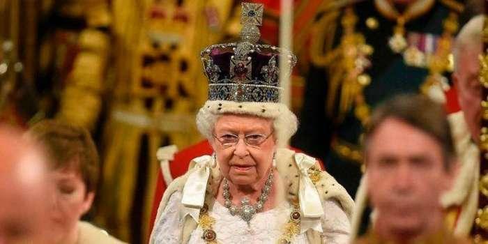 Почему английской королеве нельзя смотреть вниз? (3 фото)