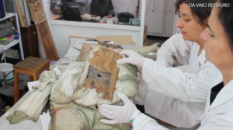 Во время реставрации полой статуи Иисуса Христа обнаружены рукописи 18 века (7 фото + видео)