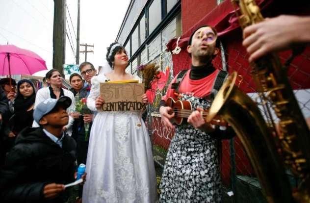 Топ 10: Люди, которые сочетались браком с неодушевленными предметами (10 фото)