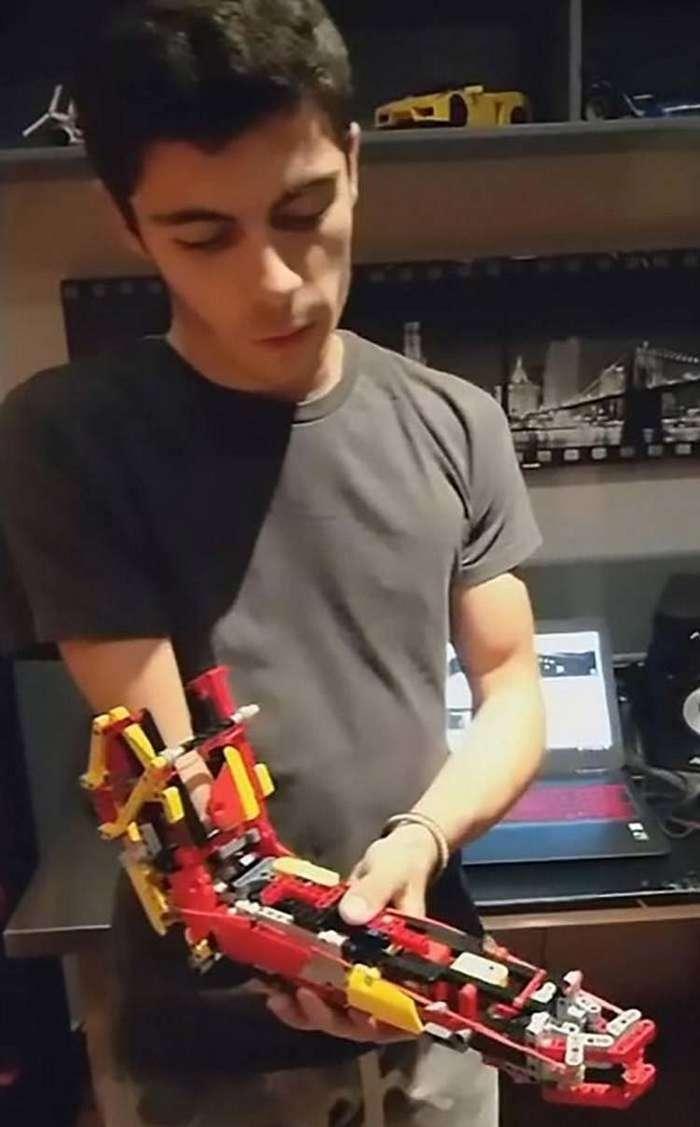 18-летний парень создал себе функциональный протез из бывшего Lego-вертолёта-3 фото + 1 видео-