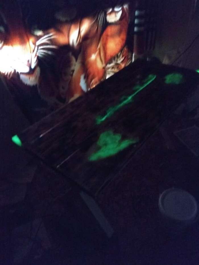 Столик с эпоксидной смолой и люминофором-4 фото + 1 видео-