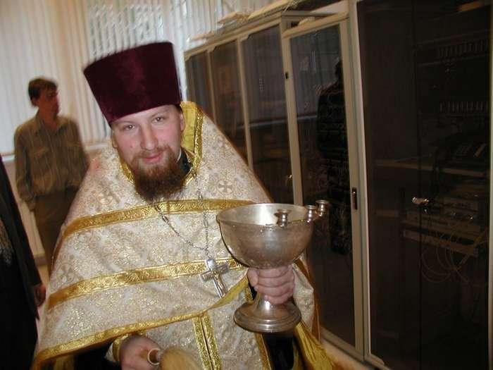Изыди! За сколько в России кадилом машет священник-16 фото-