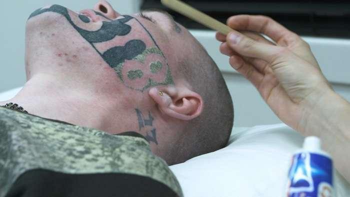 Парню с огромной татуировкой на лице в соцсетях нашли работу-7 фото-