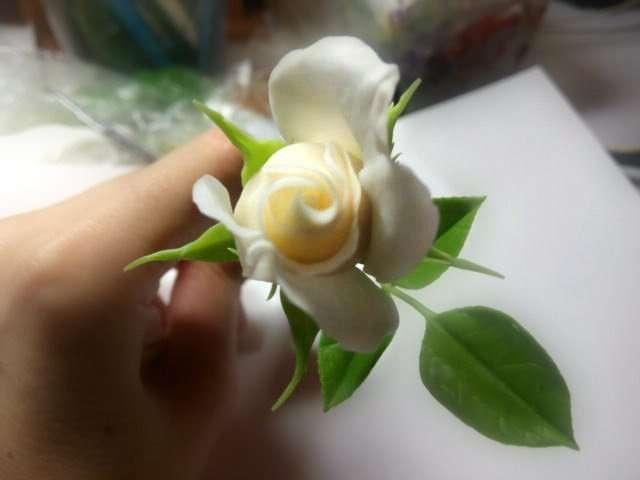 Роза из холодного фарфора и немного фото этапов изготовления с описанием-40 фото-